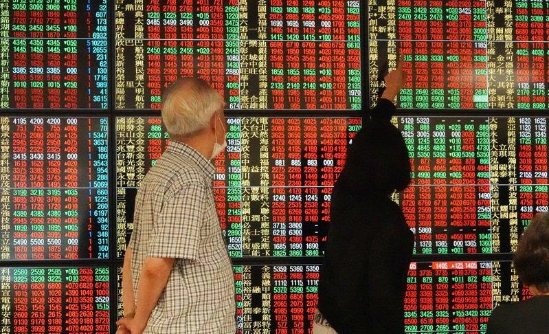 台股短線震盪,投資人看法不轉淡,積極搶進台積電為首的權值股外。 本報系資料庫