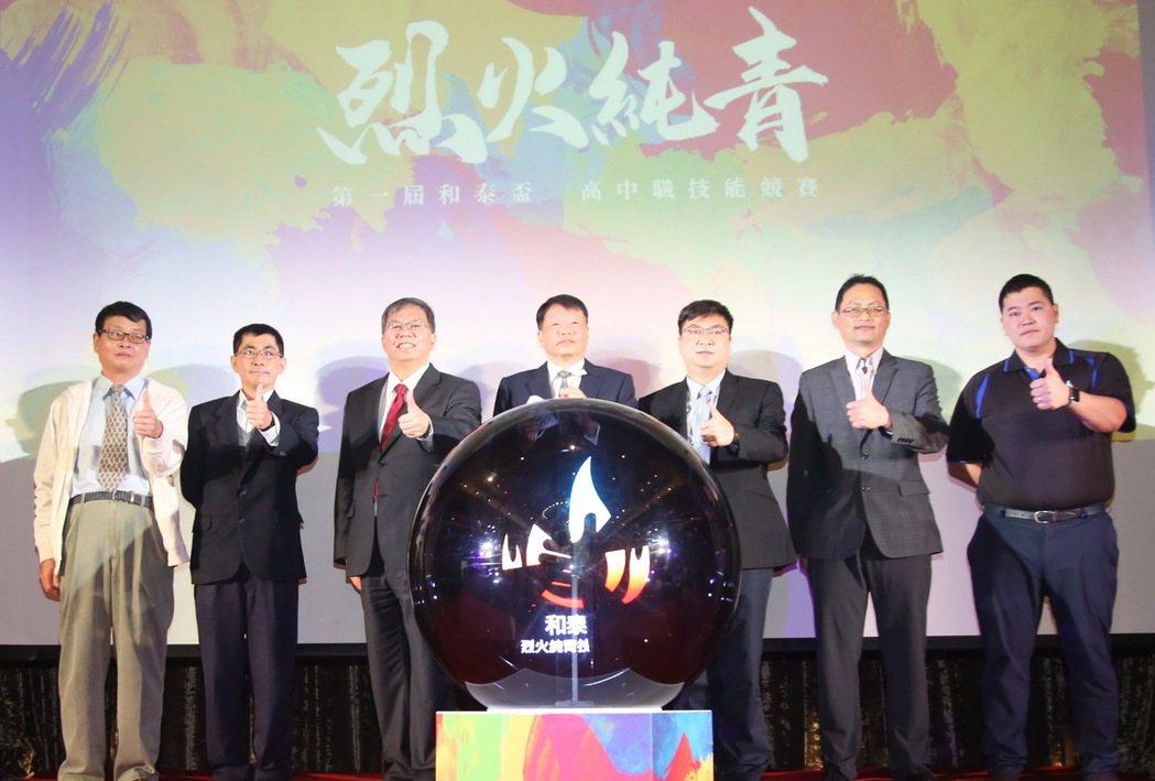 冷凍空調組評審長莫懷恩(左起)、和泰汽車董事黃文瑞、和泰大金空調總經理林鴻志、大...