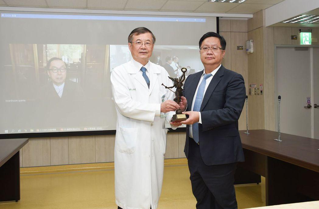 院長邱仲慶代表院方致贈天使銅像予廣達電腦。 奇美醫學中心/提供。