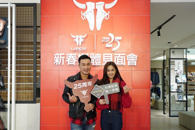 多情城市藝人邱子芯、傅子純介紹LA NEW新款鞋。 LA NEW/提供