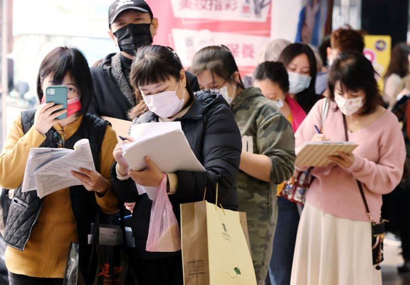 台灣產物保險推出防疫保單,日前吸引大批民眾前往排隊投保。 報系資料照/記者曾原信攝影