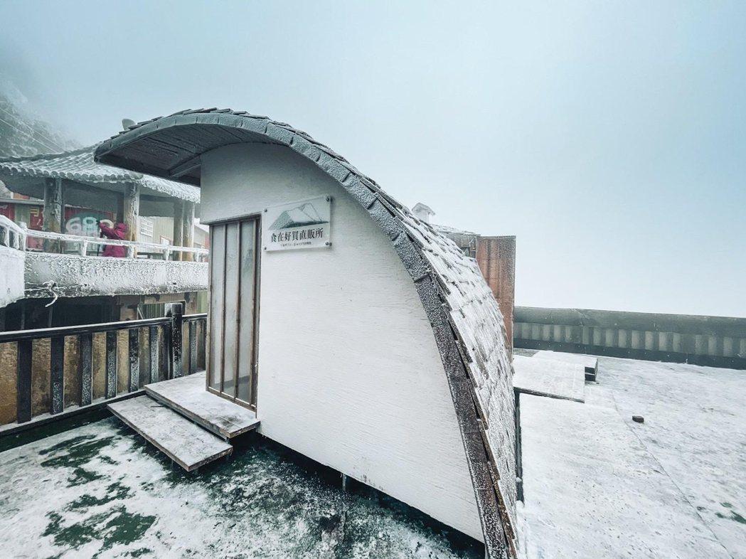1月9日寒流影響,食在好買直販所披上雪衣。 北科大/提供