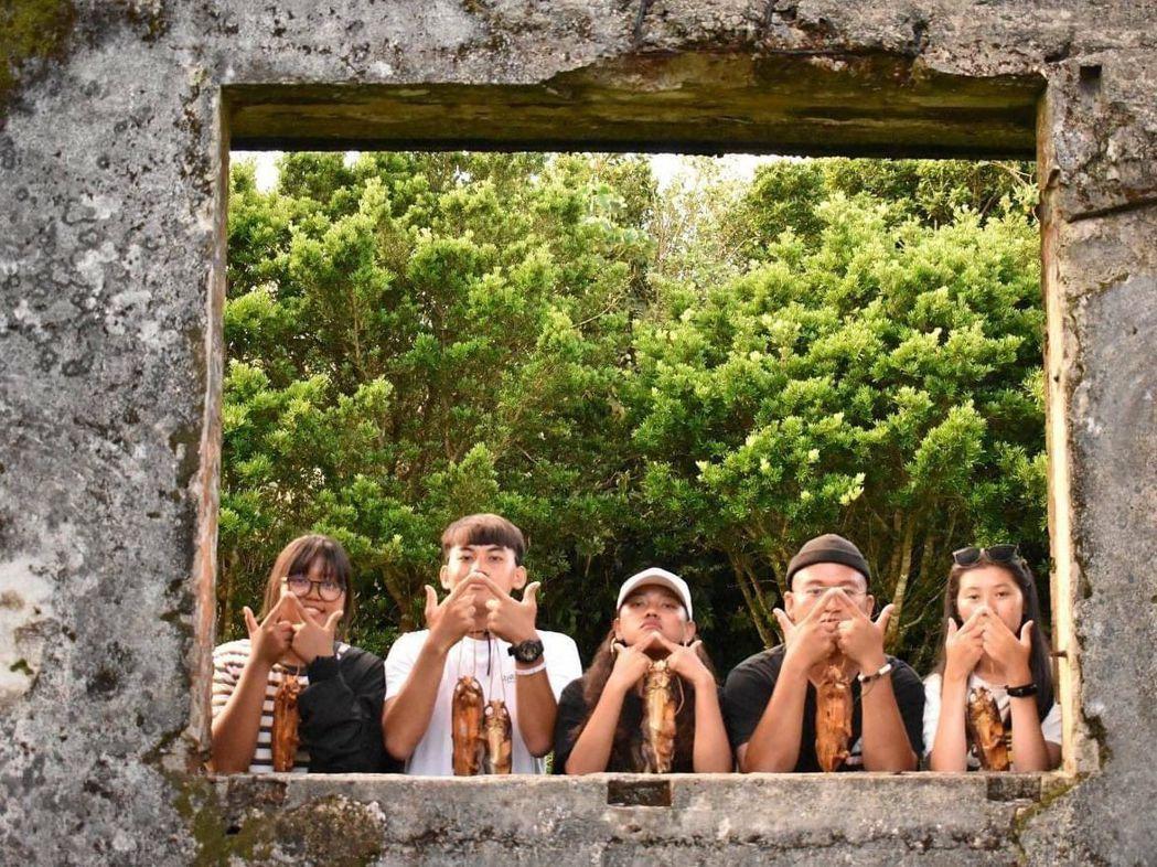 《低鳴》導演胡佳宇(右二)和劇組團隊前往蘭嶼拍攝,重現當地的文化記憶。 義守大學...
