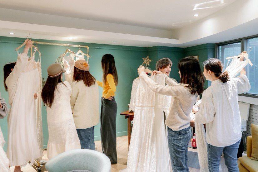 現場造型師們開心的討論與挑選適合自己的款式。  唯諾法式婚紗/提供