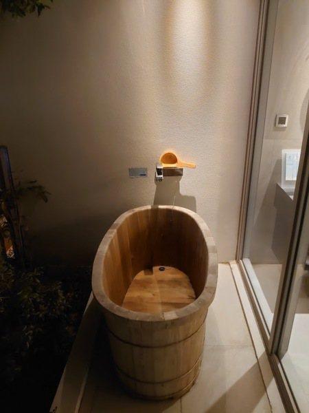 陽台上的檜木浴桶