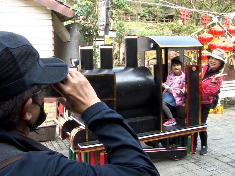 平溪區菁桐老街DIY一台「無限列車」,搶搭「鬼滅之刃」熱潮,供遊客上車體驗合影留念。 圖/觀天下有線電視提供