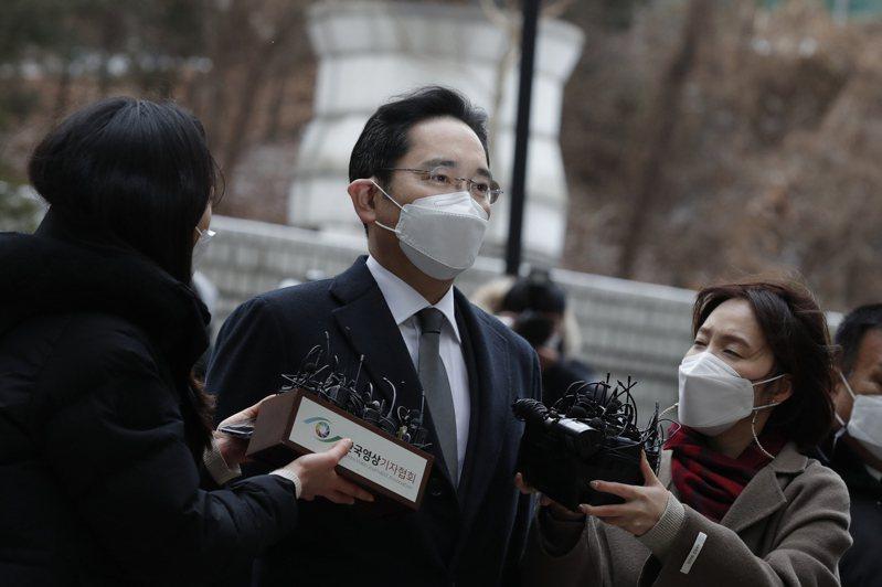 南韓三星副會長李在鎔(中)十八日至高院聆聽判決。(美聯社)