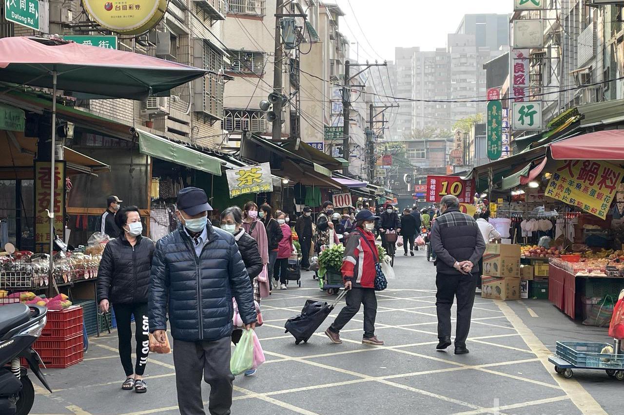 大湳市場人潮減 攤商不解為何確診者發燒還來逛市場