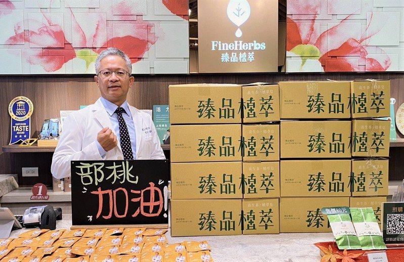 台中市中醫師陳勇利上午寄出1千份的自家生產的「粉光元氣茶」協助醫護人員對抗病毒。圖/陳勇利提供