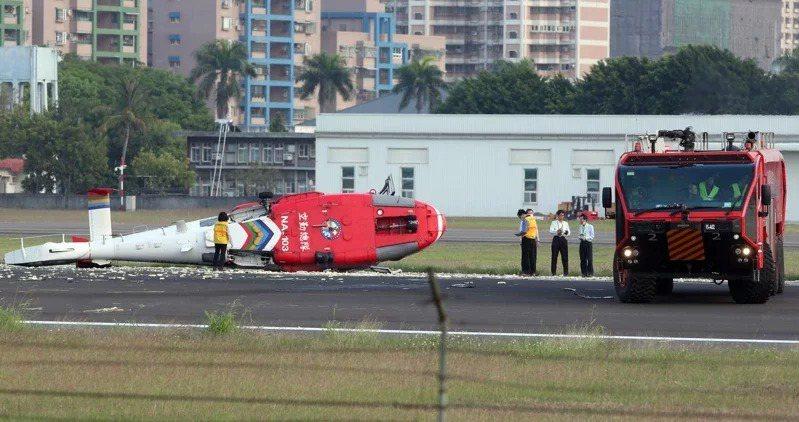空勤總隊機型編號NA-103海豚直升機去年4月在降落小港機場跑道時,突然重心不穩...
