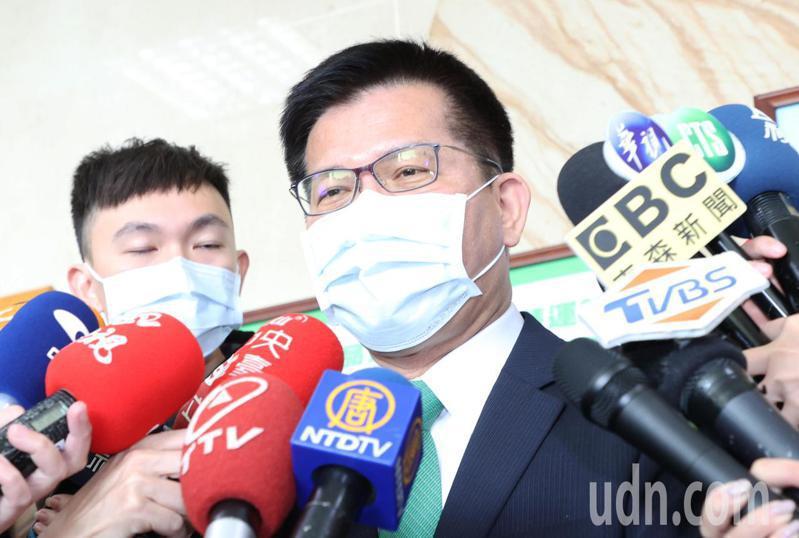 交通部今天舉行記者會,部長林佳龍受訪說明交通部的防疫措施。記者潘俊宏/攝影