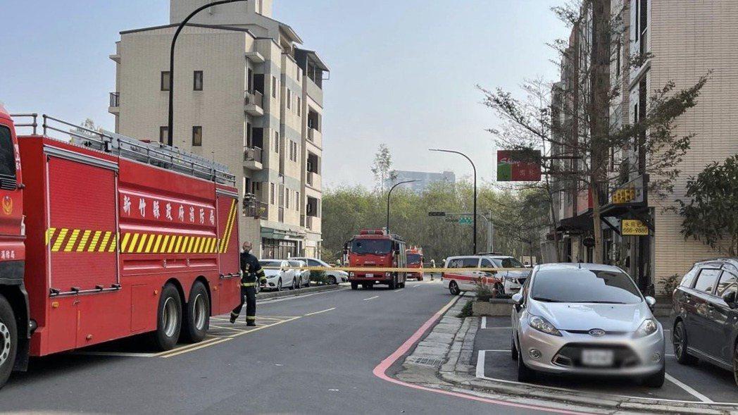 民眾經過事故現場發現已經封路,警消則還在現場處理當中。圖/翻攝自臉書新竹人新竹事