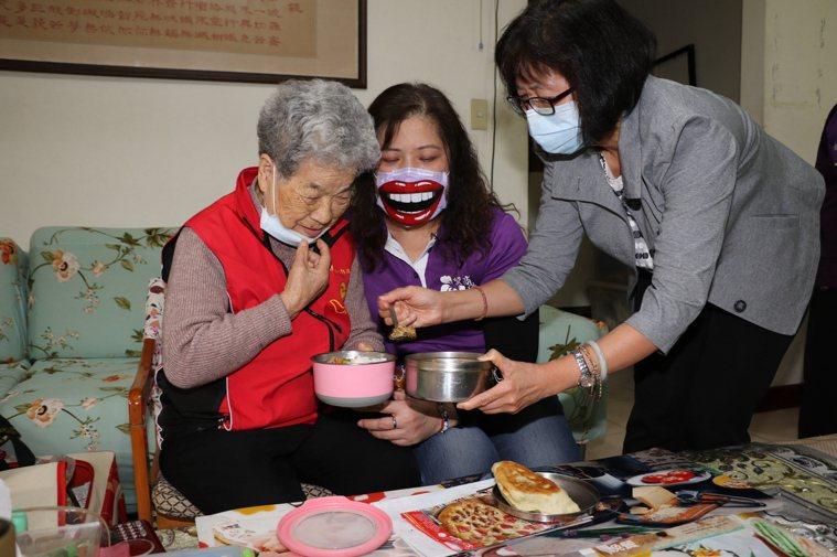 社會局副局長許秀能至92歲獨居奶奶家中送餐,陪同聊天,給予關懷與溫暖。圖/新北市...