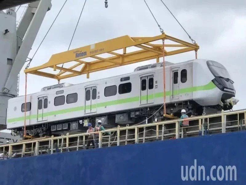被譽為「史上最美最長區間車」EMU900型通勤電聯車,首批新車去年10月24日抵台。本報資料照片