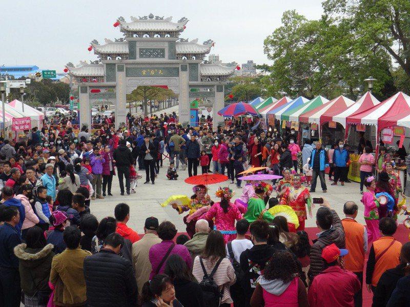 「迎新春浯島媽祖平安鹽祭」每年吸引民眾參與,成為過年必遊行程。圖/金門縣水試所提供