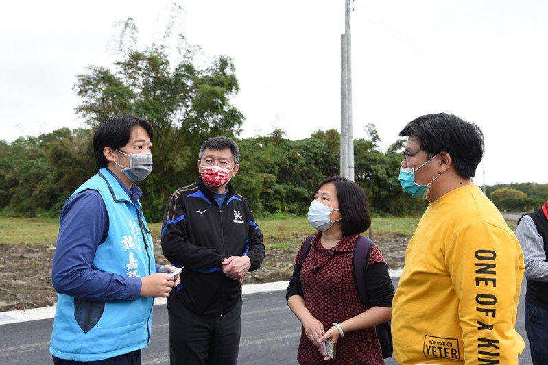 花蓮市長魏嘉賢(左)向體育署副署長林宏哲(左2)等人,說明對佐倉運動公園的規畫。圖/市公所提供