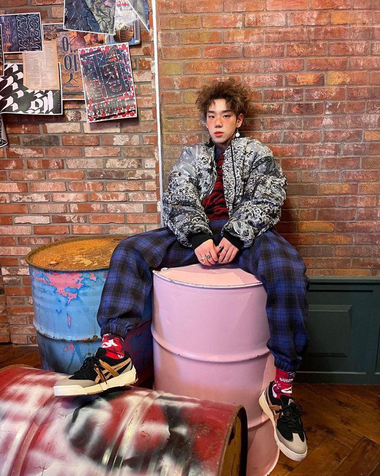 韓國男團A.C.E成員在MV中穿上Onitsuka Tiger的潮流鞋款。圖/摘...