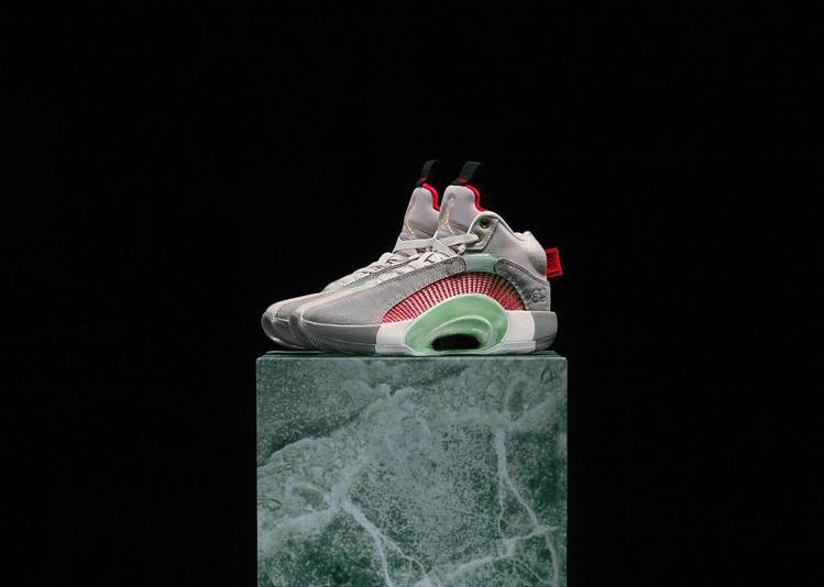 Air Jordan XXXV x CLOT聯名籃球鞋,以「玉」為主題來設計。圖...