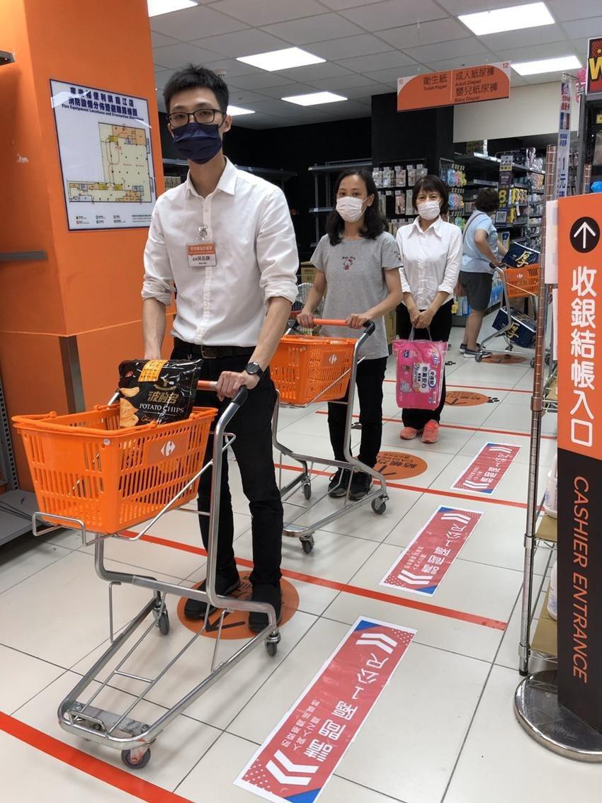 即日起進家樂福超市或量販皆強制規定需戴口罩。(照片:家樂福提供)