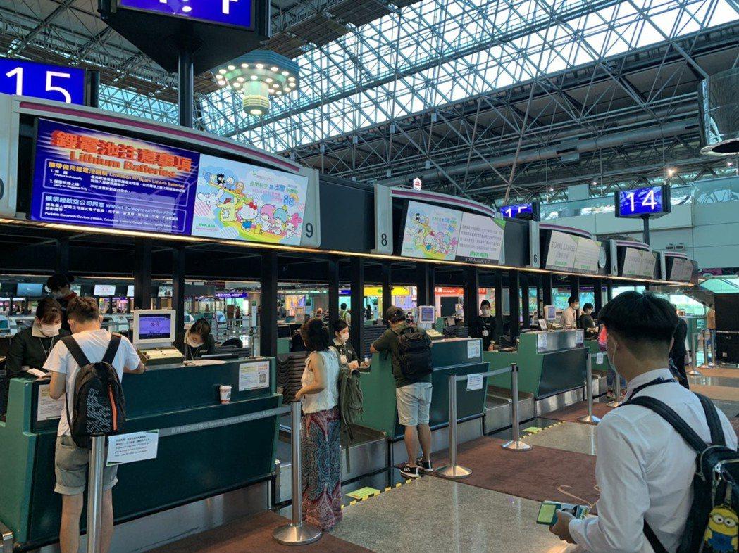 觀光局局長張錫聰表示,若今年仍因疫情國境封鎖的話,以目前一個月來台旅客僅2萬餘人...