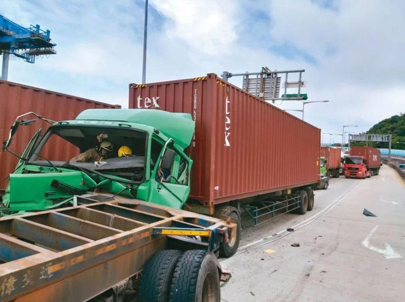 基隆港東岸聯外道路發生多起貨櫃車追撞車禍,市警局已裝設區間測速設備,但尚未啟用。 圖/聯合報系資料照片