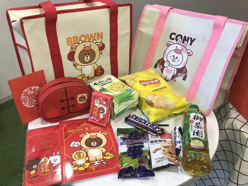 全家便利商店「BROWN & FRIENDS限量福袋」內有超值的糖果、零食、飲料,以及牛年限定BROWN & FRIENDS周邊商品。記者陳立儀/攝影
