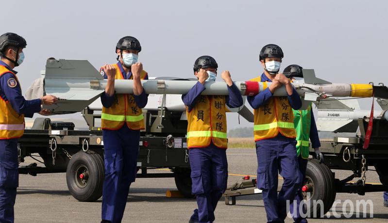 台南空軍第一聯隊今天展示IDF經國號戰機掛載萬劍彈作業,還可掛載兩枚響尾蛇飛彈。記者劉學聖/攝影