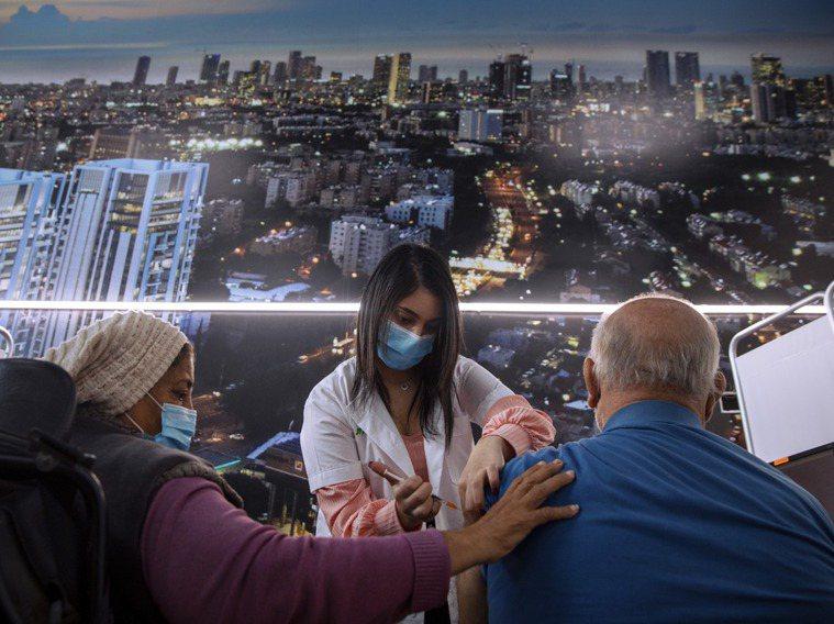 以色列是全世界施打疫苗效率最高的國家。圖為一名以色列男子在特拉維夫的冠狀病毒疫苗...