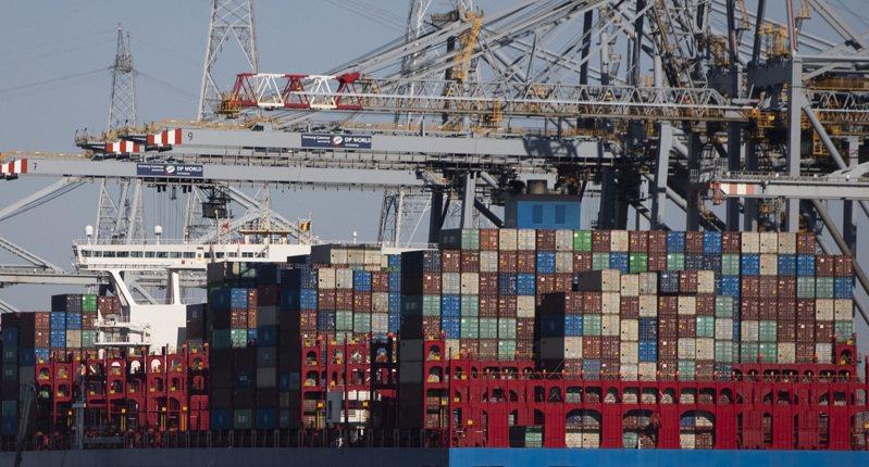 比利時安特衛普港去年3月下旬因前波新冠疫情高峰封鎖,貨櫃與船隻都因而卡在港區。  美聯社