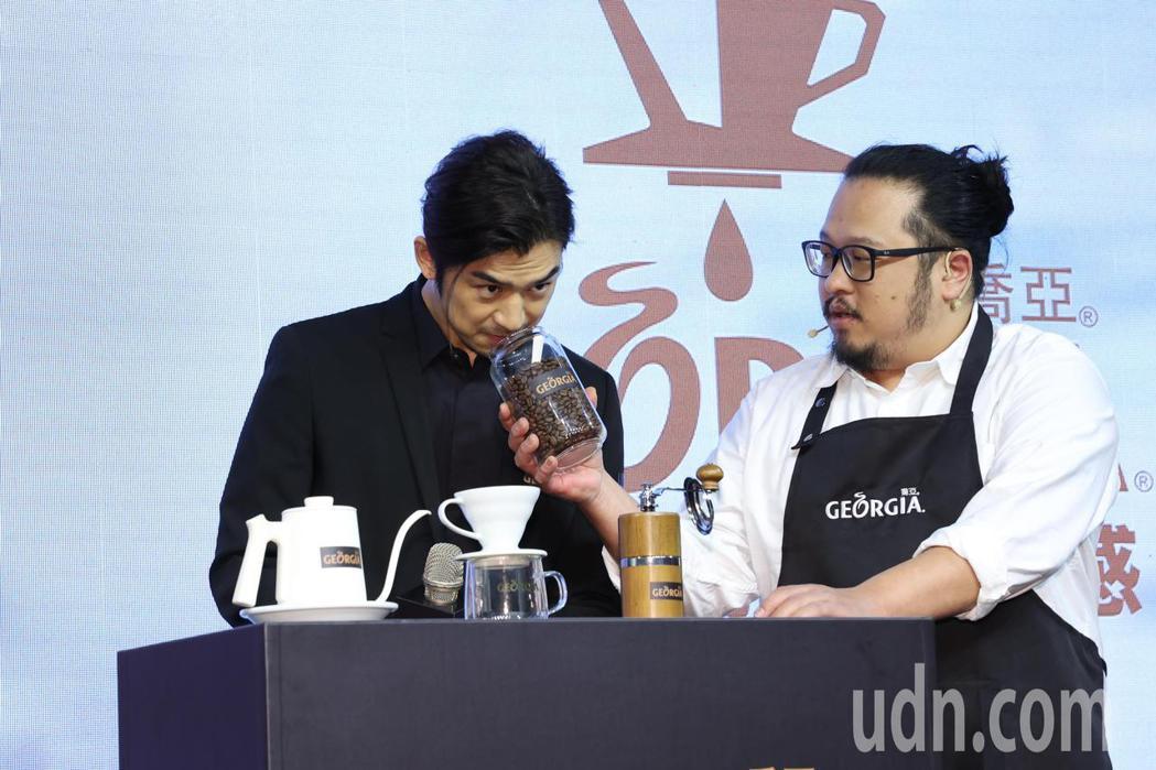 陳柏霖(左)下午出席「GEORGIA喬亞咖啡」新品發表會,並體會手沖咖啡製作的過...