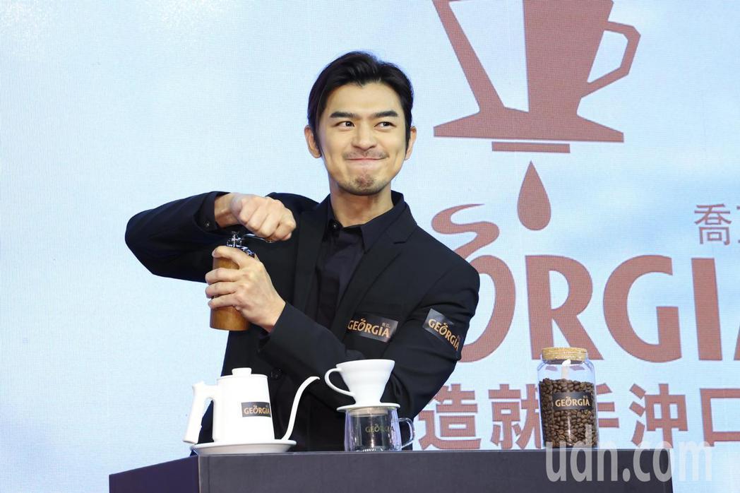 陳柏霖下午出席「GEORGIA喬亞咖啡」新品發表會,並體會手沖咖啡製作的過程。記...