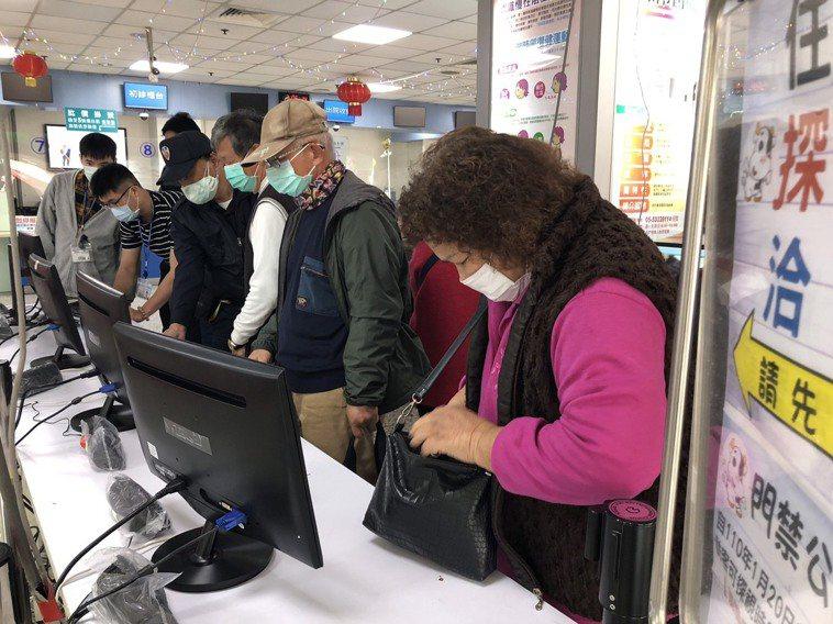 一般民眾即日起進入雲林縣各醫療院所前須出示並讀取健保卡,也須配合登錄接觸史才可通...