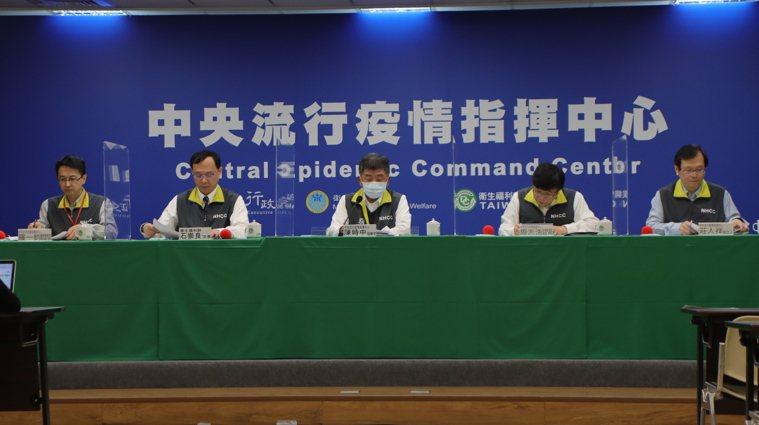 由左到右,中央流行疫情指揮中心發言人莊人祥、疫情監測組組長周志浩、指揮官陳時中、...