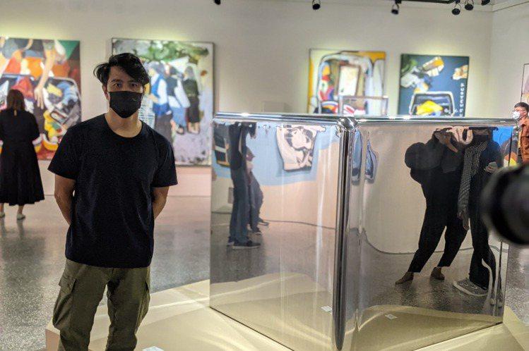 從運動員、藝人轉型為全職畫家的郭彥甫,曾以「行李箱」為概念創作系列畫作,在國際間大受好評,還曾受邀到法國羅浮宮展示。今天郭彥甫以「過境練習」為題,共36件畫作,以及一件立體作品,於屏東美術館展出。郭...