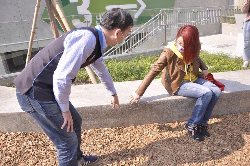 新北市議員葉元之與男童家長討論板橋音樂公園當初造成男童受傷的石椅是否有改善空間。記者張哲郢/攝影