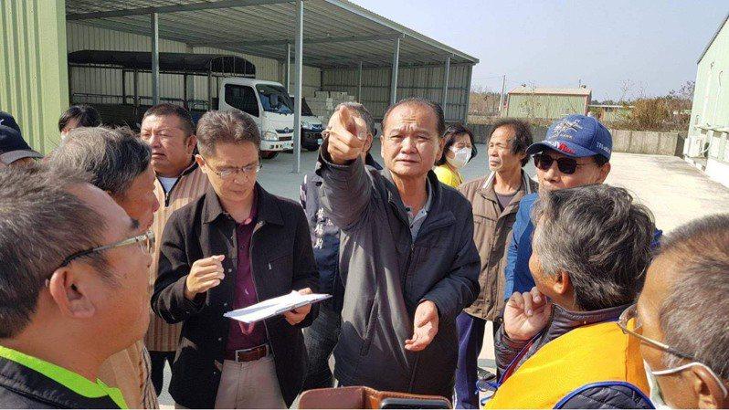 嘉義縣議員李國勝下午帶東石鄉東石村百餘名居民,到縣府標售給某綠能公司,計畫施設太陽能光電板的土地抗議,要求停工。圖/讀者提供