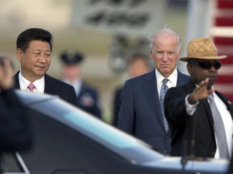 美國拜登政府稱將耐心處理美中關係。圖為2015年時任中國大陸國家主席的習近平(左)訪美,當時的美國副總統拜登前往馬里蘭州安德魯空軍基地迎接。美聯社
