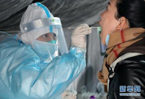 大陸一女子搭機返國時隱瞞疫情,被判一年徒刑緩刑一年。圖為防疫人員進行核酸檢測。(...