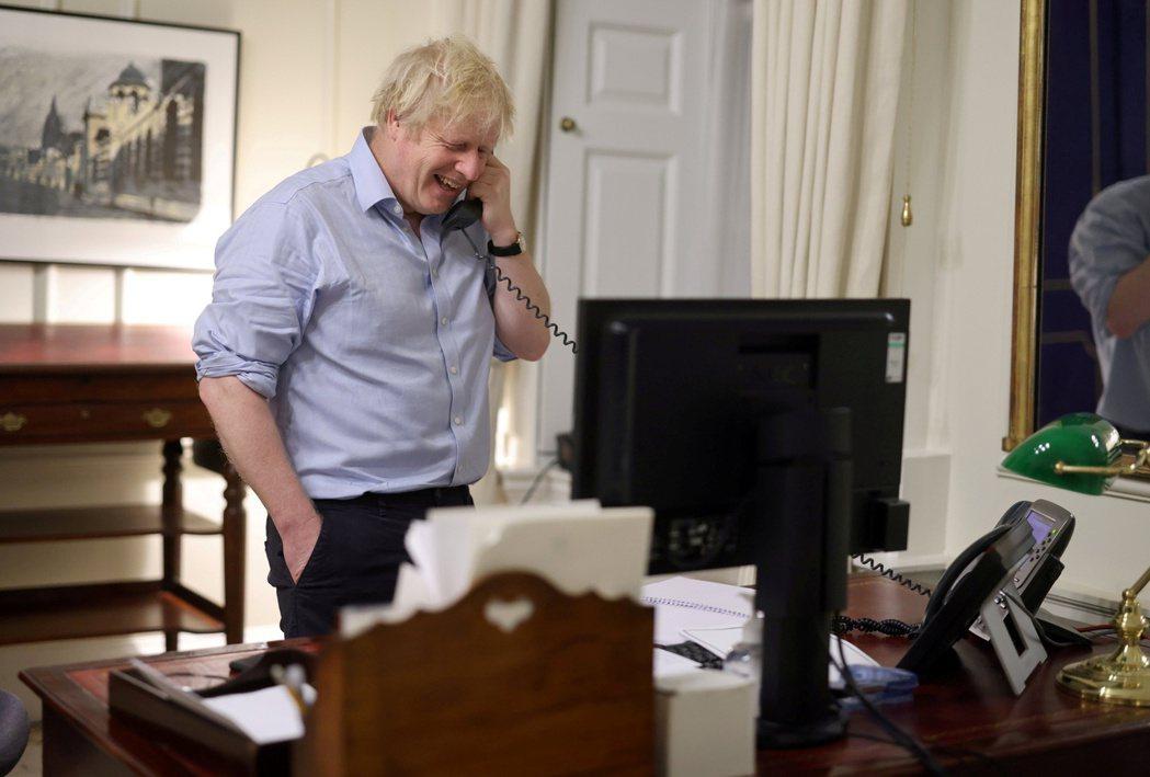 英國首相強生23日晚間與美國總統拜登通電話。(路透)