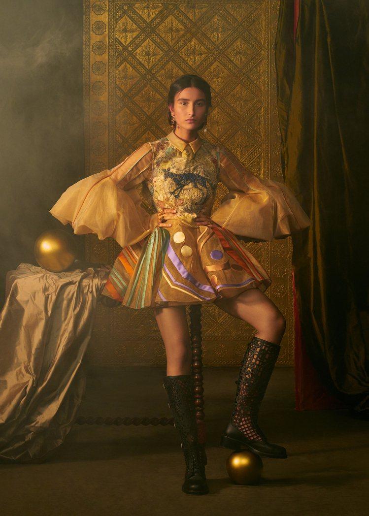 代表「愚者」的服裝以刺繡上衣、緞面羅紗半身裙和金色薄紗襯衫表現。圖/DIOR提供