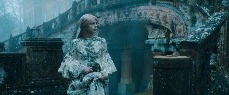 DIOR以塔羅牌打開神秘世界的鑰匙,發表2021春夏高級訂製服影片「塔羅城堡」。...
