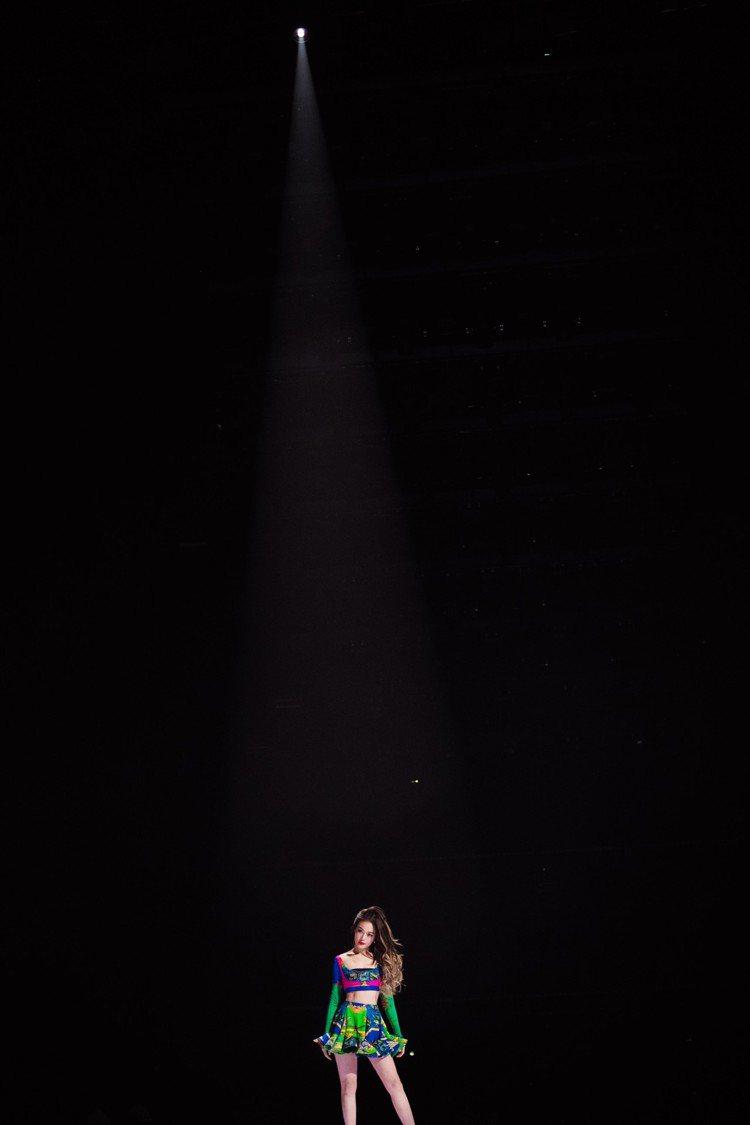 容祖兒最近參加大陸綜藝節目《乘風破浪的姐姐2》時,穿上Versace春夏系列服裝...