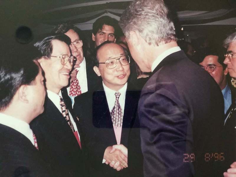 台中市前市長胡志強日前在臉書貼出1996年他任駐美代表時,介紹當時擔任立委的蕭萬長給當時的美國總統柯林頓,三人握手互相寒暄的歷史照片。圖/取自胡志強臉書