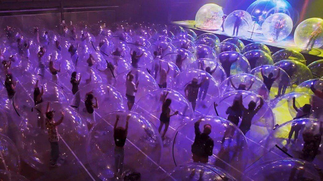 「太空泡泡」的想法來自樂團主唱柯內,在烈火紅唇樂團先前的演出中,他就經常使用這類...