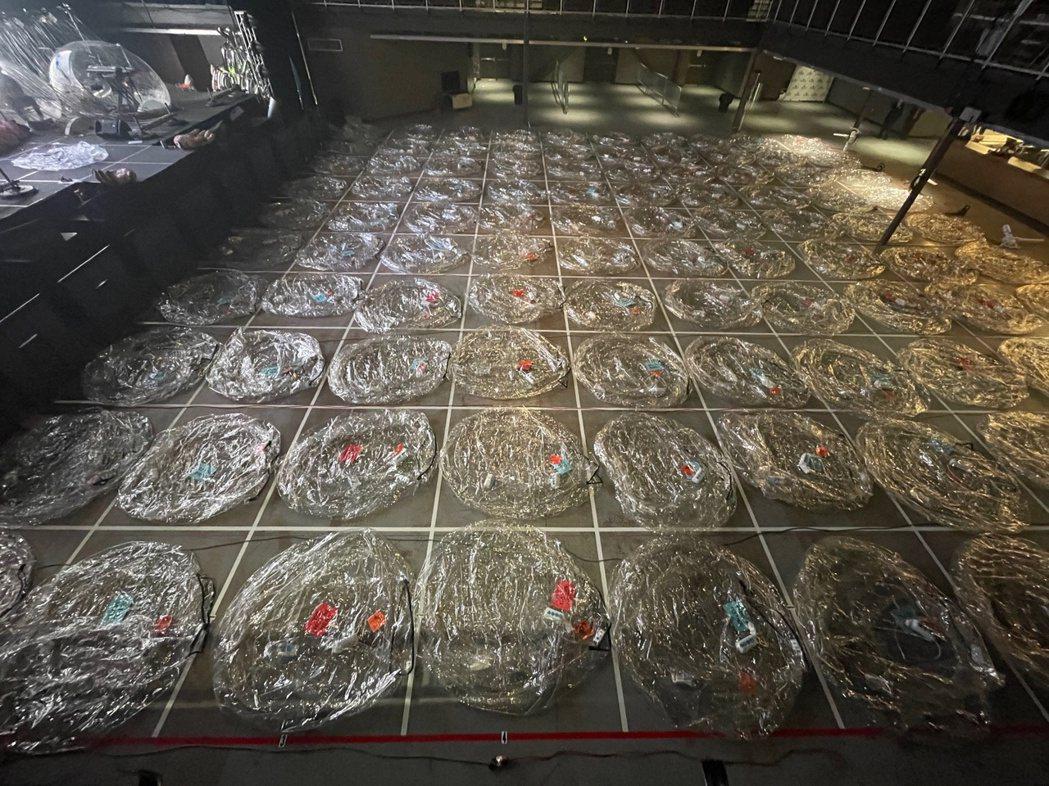 表演場地The Criterion劇院的地板被劃分成10×10的網格,共計可容納...