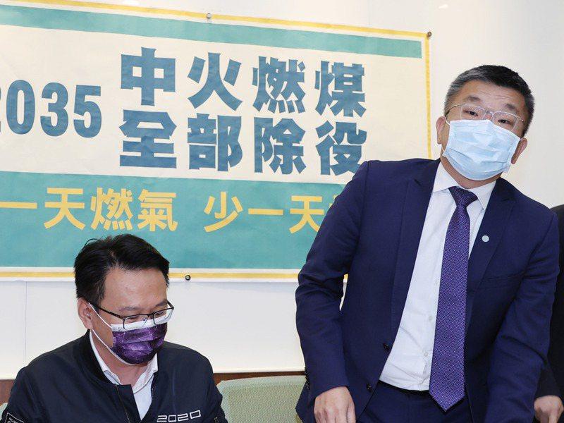 立法院副院長蔡其昌(右)提出台電中火燃煤除役時間表,劍指2022的用意明顯。記者曾學仁/攝影