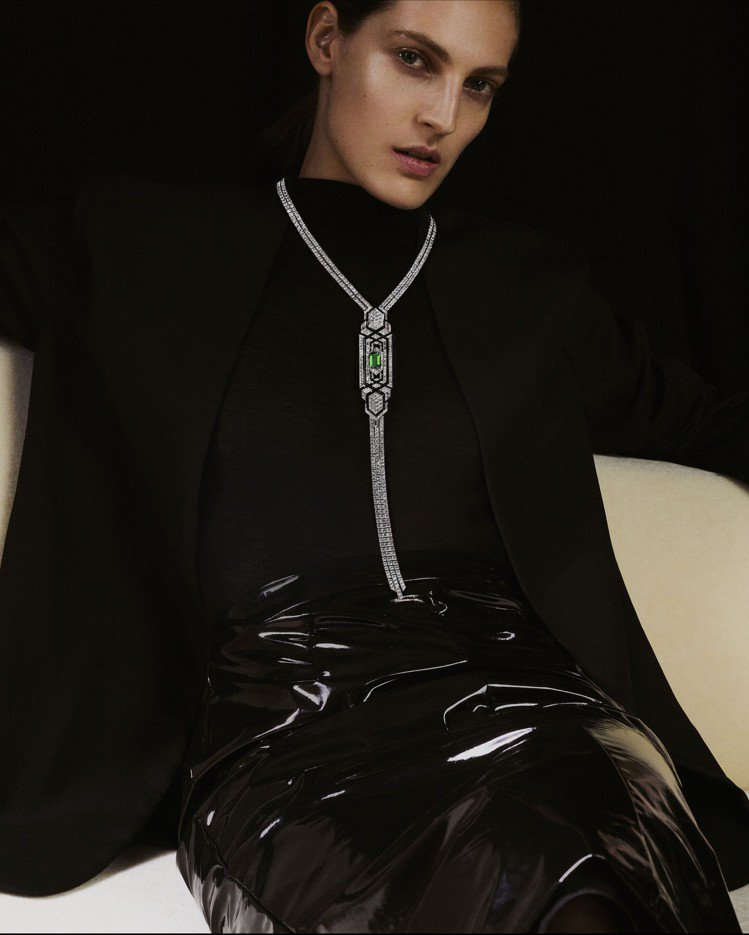 黑色高領衫與黑色亮面皮裙的光澤反差,一如Boucheron CRAVATE ÉM...