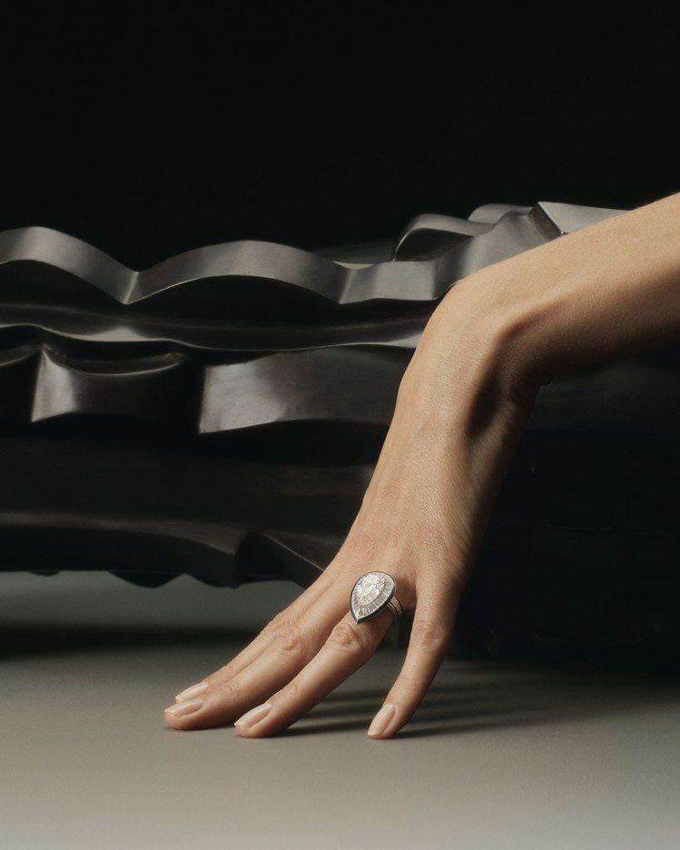 柔美的手勢搭配1920年代的雕塑靜物,呈現鮮明反差,也凸顯LISERÉ DIAM...