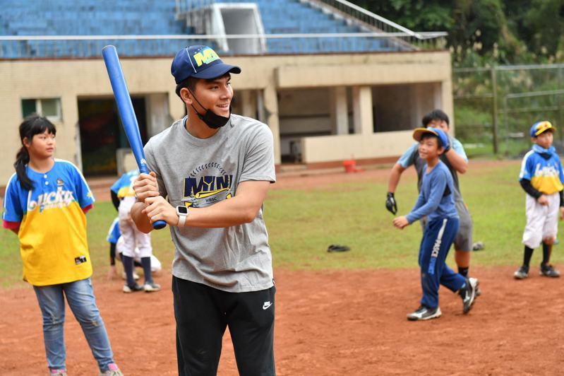 陳冠宇、陳聖平出席YYsports公益棒球教室,指導小球員。圖/YYsports公益棒球教室提供