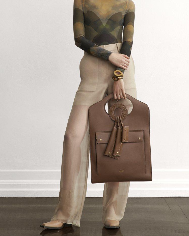 The Pocket系列包款加長型配上多個拉鍊袋,為早秋的嶄新設計。圖/BURB...